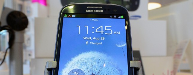 ������� Galaxy S III ��������� �������  iPhone 4S � ������� ��������